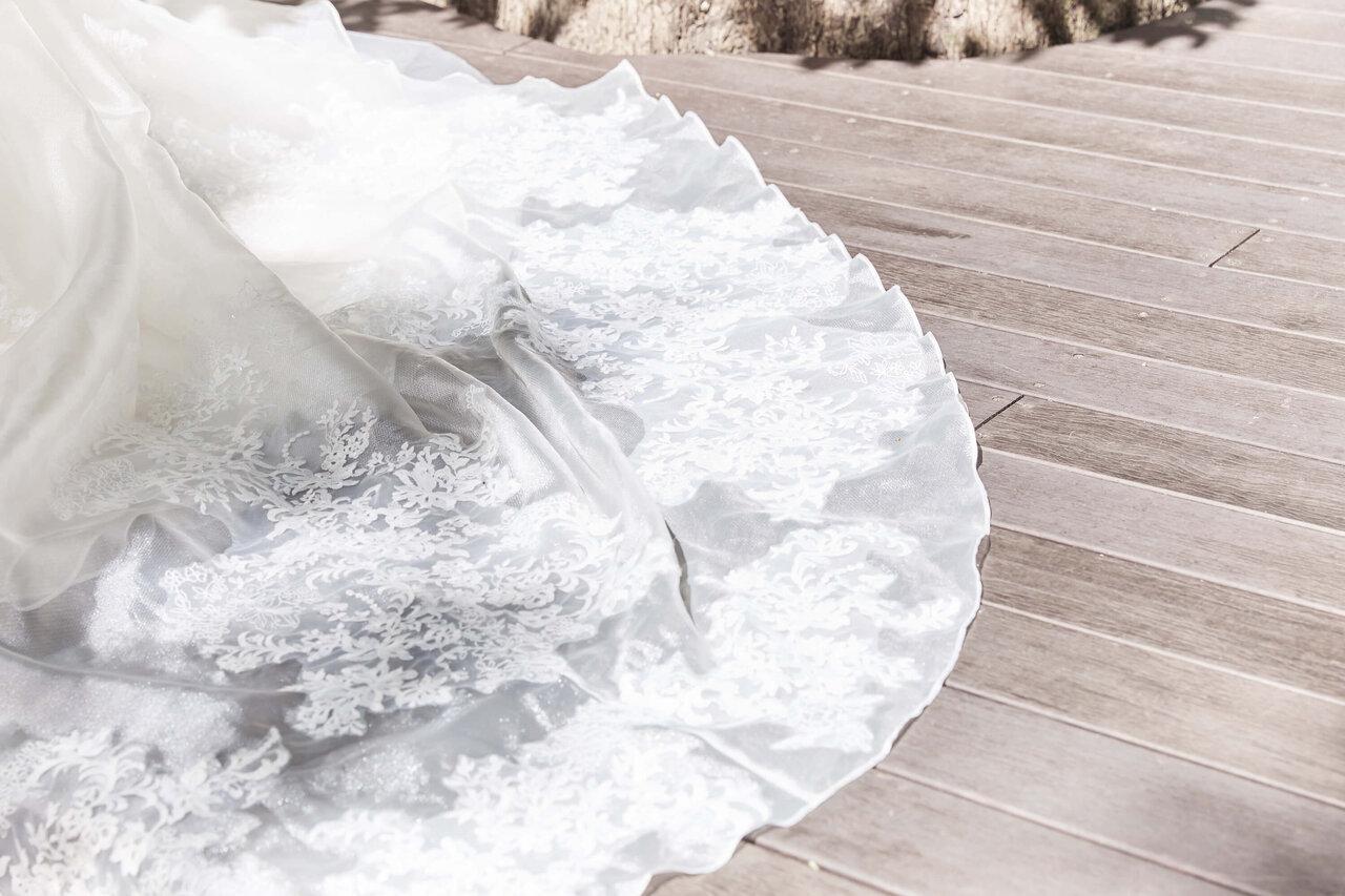 アルカンシエル luxe mariage 大阪のUbud Bali-Gaibのフォトスポットである自然光が当たるガーデンで撮ったドレスのレースの写真