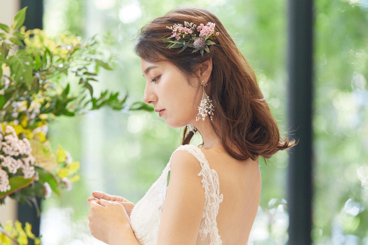 アルカンシエル luxe mariage エントランスにある花の前で撮影したドレスをきた花嫁の写真