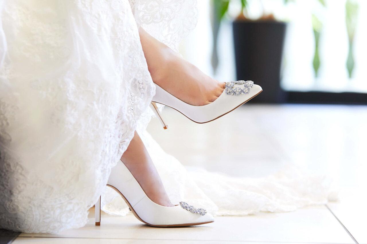 アルカンシエル luxe mariage エントランスにあるカウチに座って撮影した花嫁の靴の写真