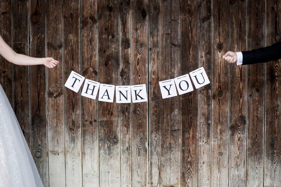 「ありがとう」のメッセージを持つ新郎新婦