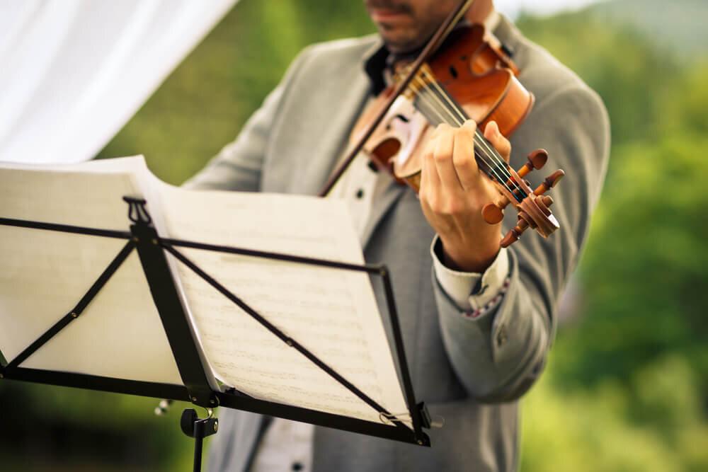 バイオリンを弾く男性