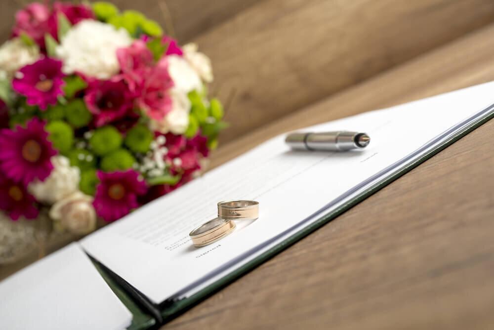指輪と並ぶペン