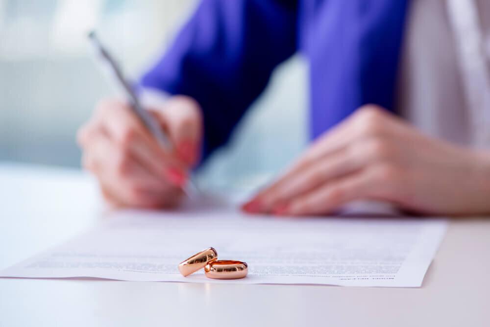 婚姻届を書く女性