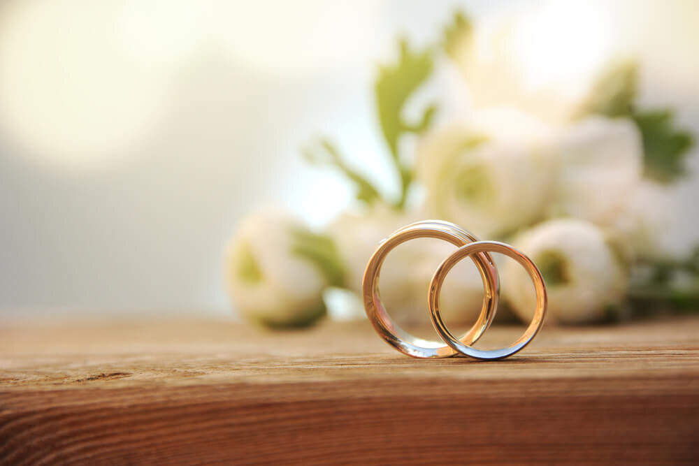 テーブルの上にある結婚指輪