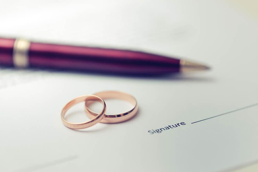 書類の上に置かれた指輪とペン