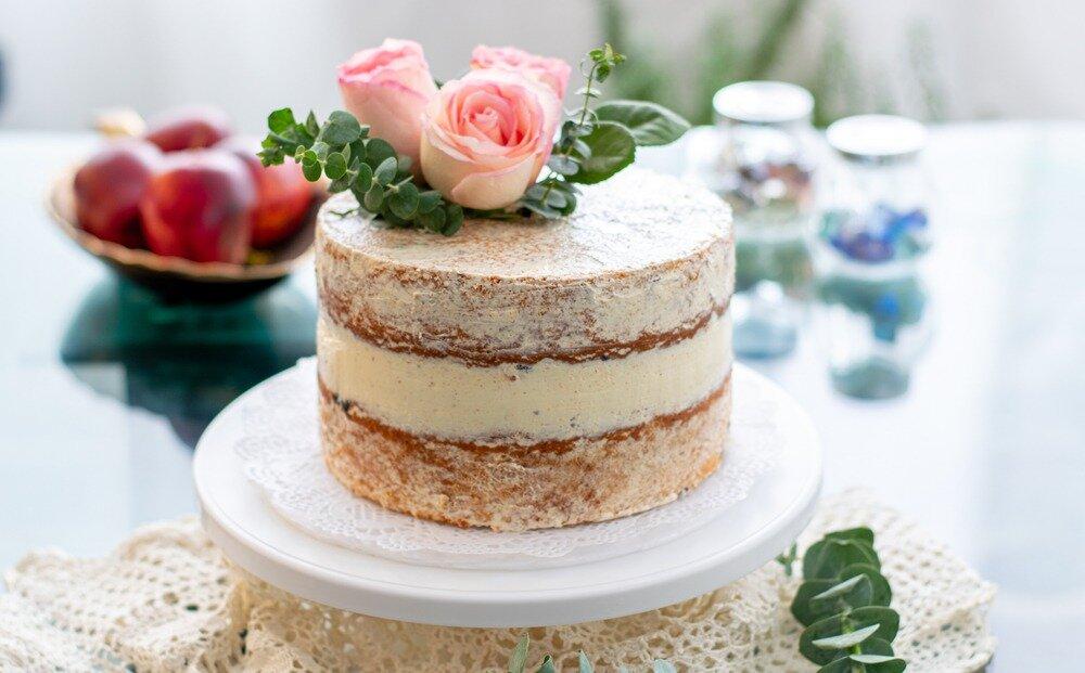 ピンクのバラとネイキッドケーキ