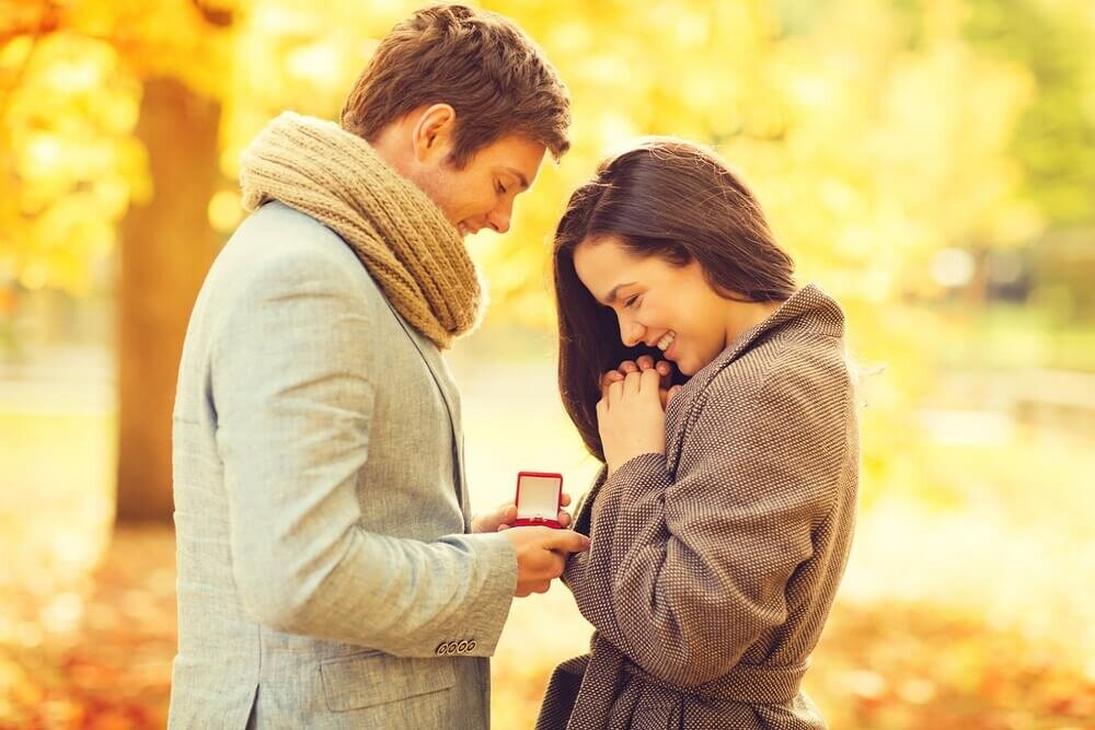 婚約指輪を渡す男性
