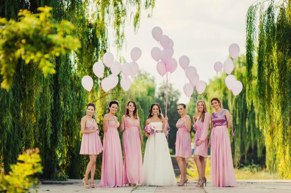 バルーンを持つ花嫁と友人