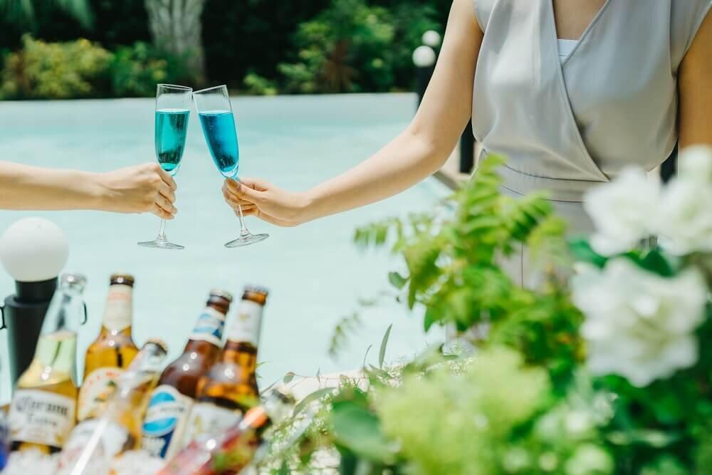 アルカンシエルのガーデンでグラスを掲げる女性