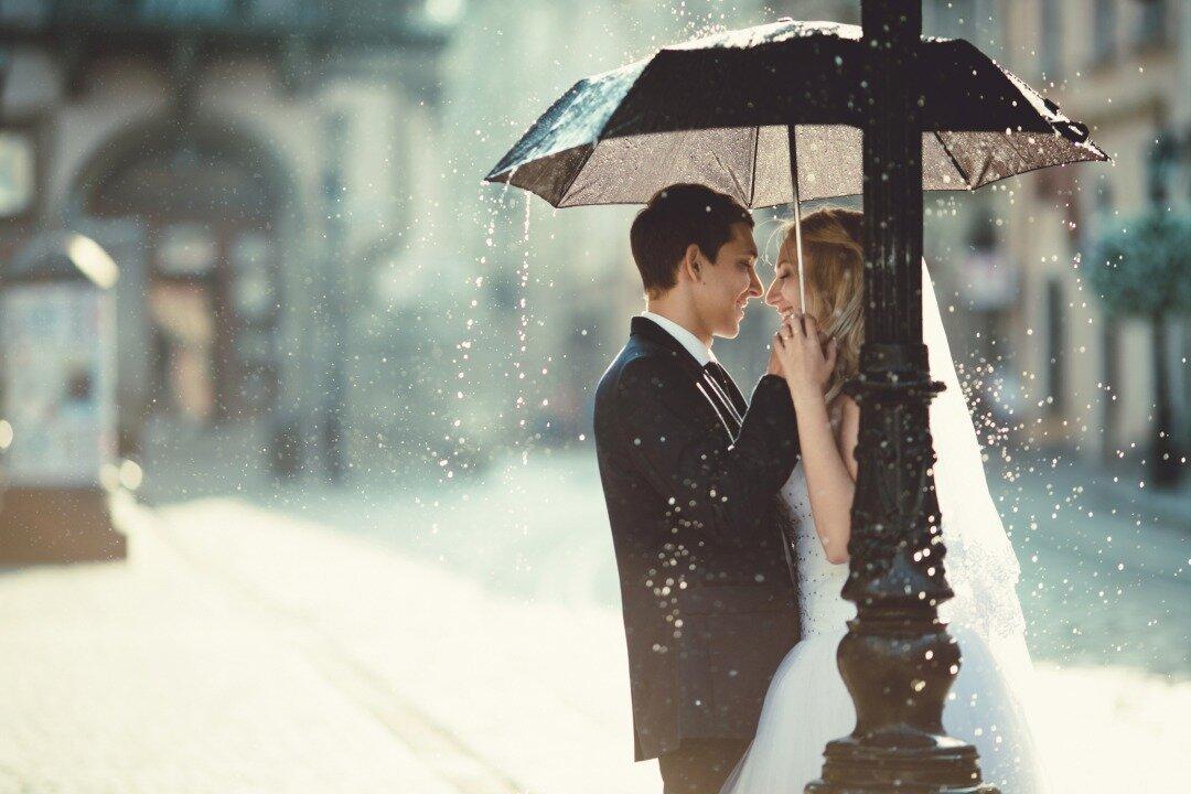 傘をさしている新郎新婦の様子