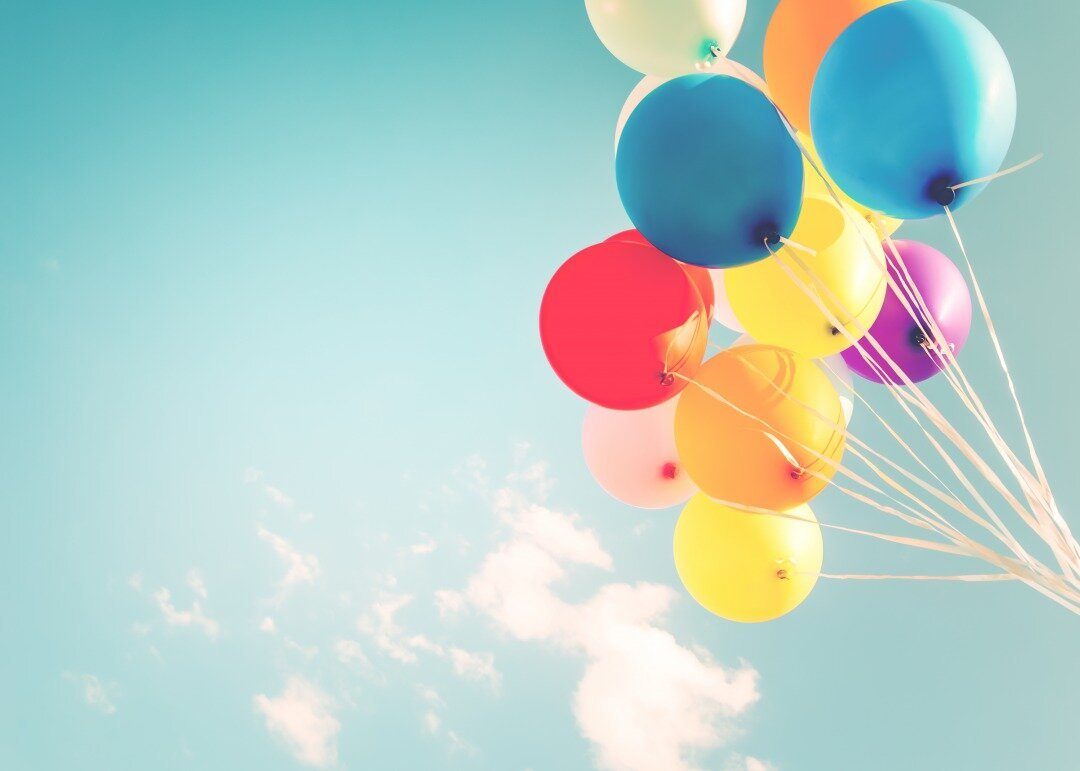 空に風船(バルーン)が飛んでいる様子