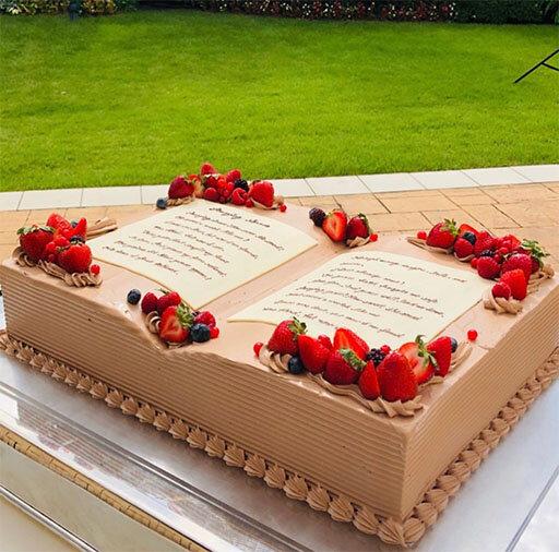 BOOK型のウエディングケーキがお披露目されている様子