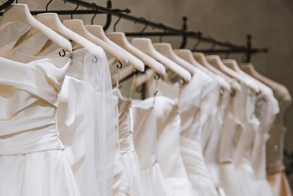 ハンガーにかかったたくさんのドレス