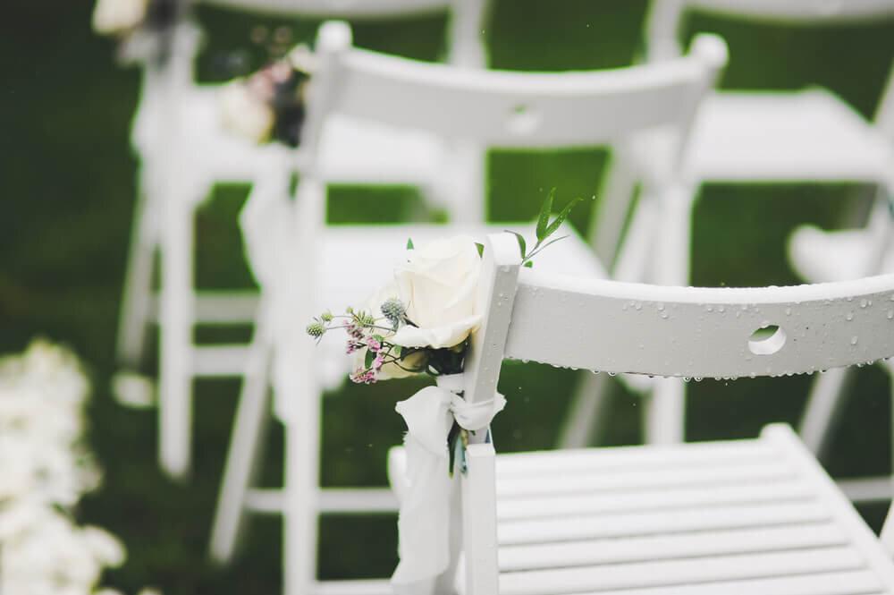 雨に濡れた白い椅子
