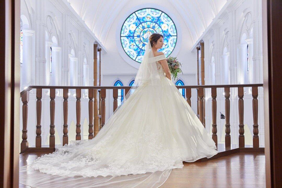 ウエディングドレスを着てチャペルで佇む花嫁