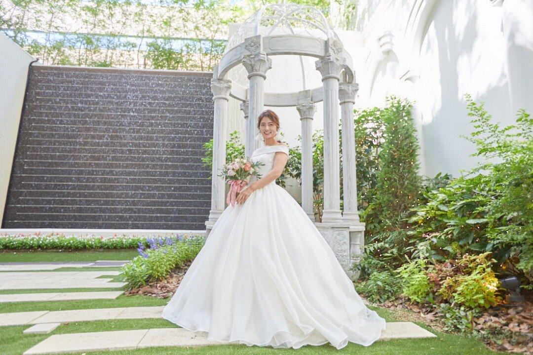 ウエディングドレスを着てガーデンで撮影中の花嫁