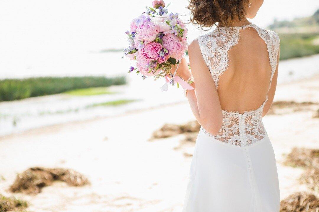 ウエディングドレスを着て佇む花嫁