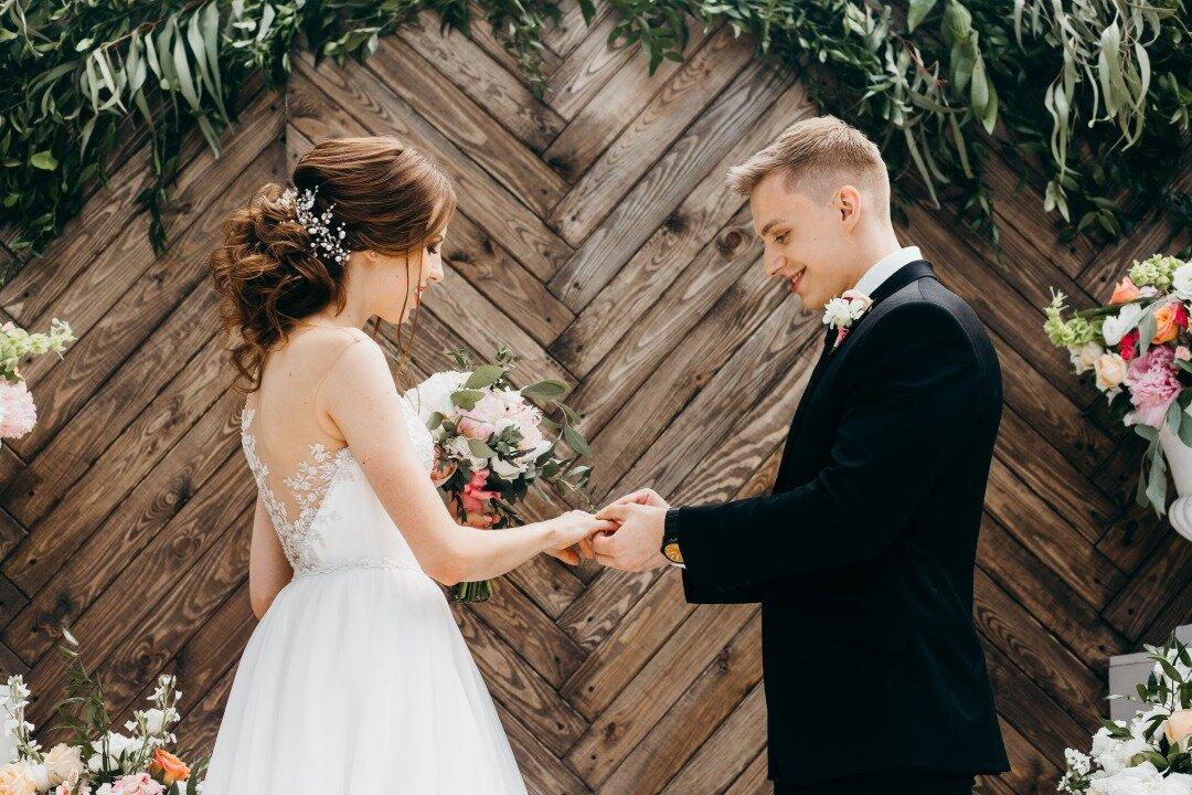 結婚式で指輪交換を行う新郎新婦