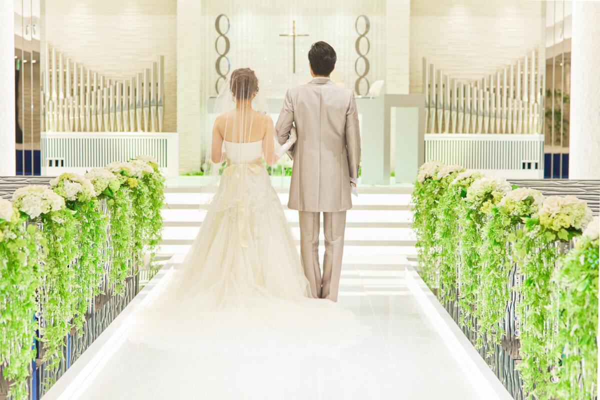 アルカンシエル横浜チャペル祭壇前に立つ新郎新婦