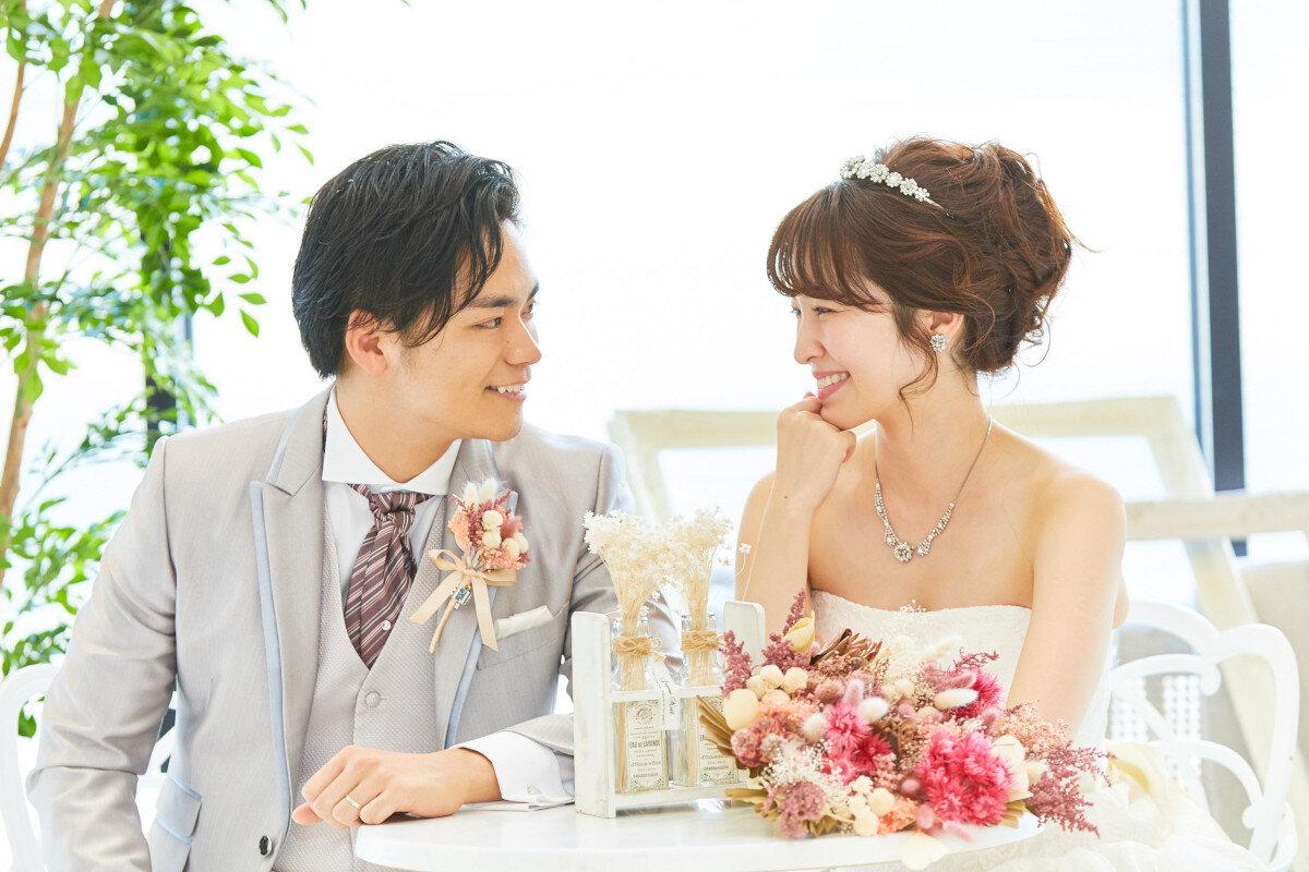 アルカンシエル横浜 luxe mariageのバンケット「Paris Raffine(パリス・ラフィネ)」での新郎新婦、ブーケ