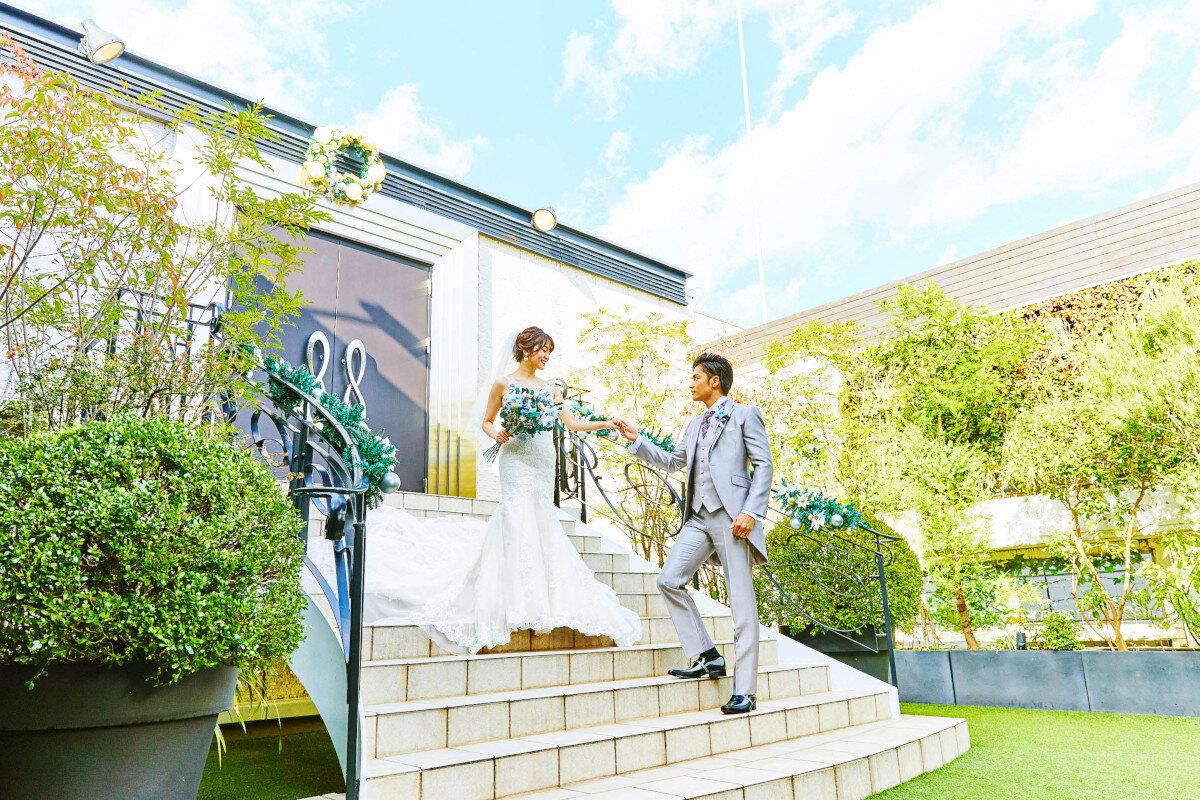 アルカンシエル横浜 luxe mariageのチャペルでの挙式を終えてガーデンへ出る新郎新婦