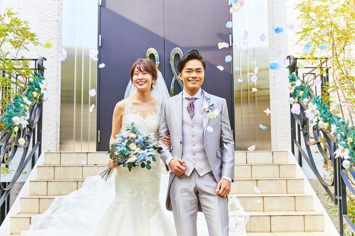 アルカンシエル横浜 luxe mariageのチャペルでの挙式を終えてフラワーシャワーで祝福される新郎新婦