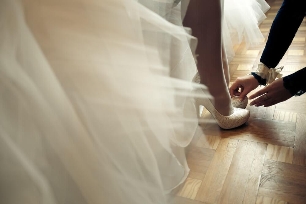 ふんわりしたドレスから覗く靴