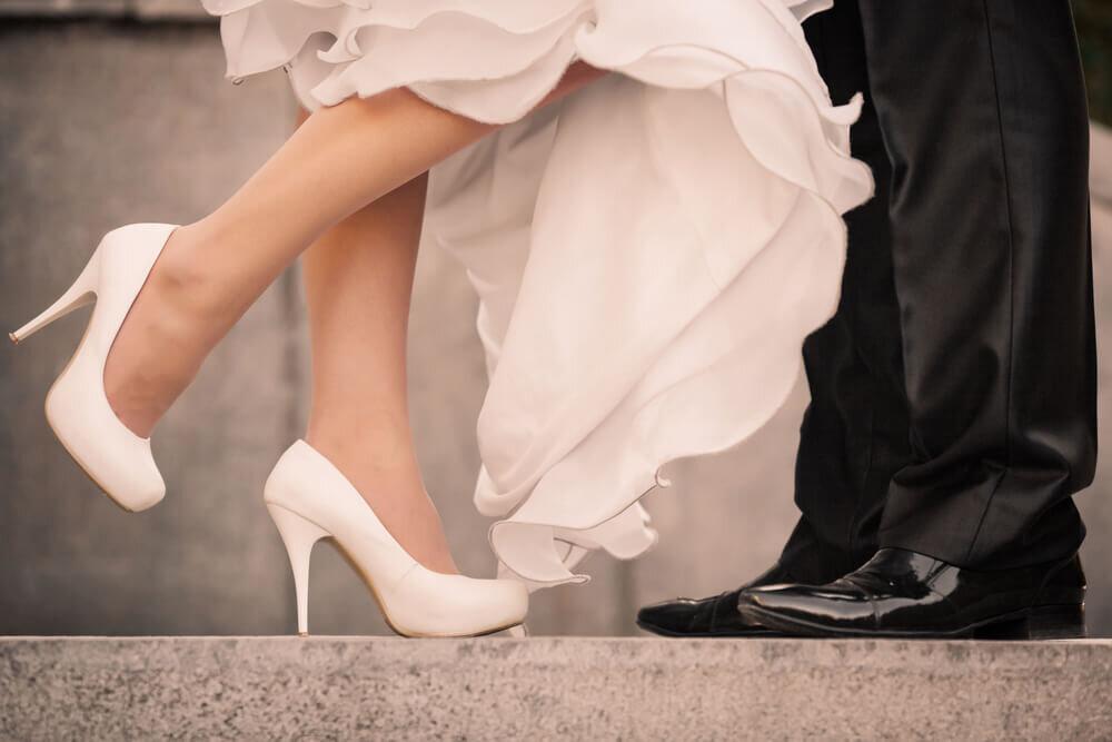 ブライダルシューズを履いて片足を上げる花嫁