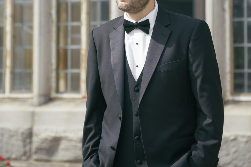 ピークドラペルのタキシード姿の男性