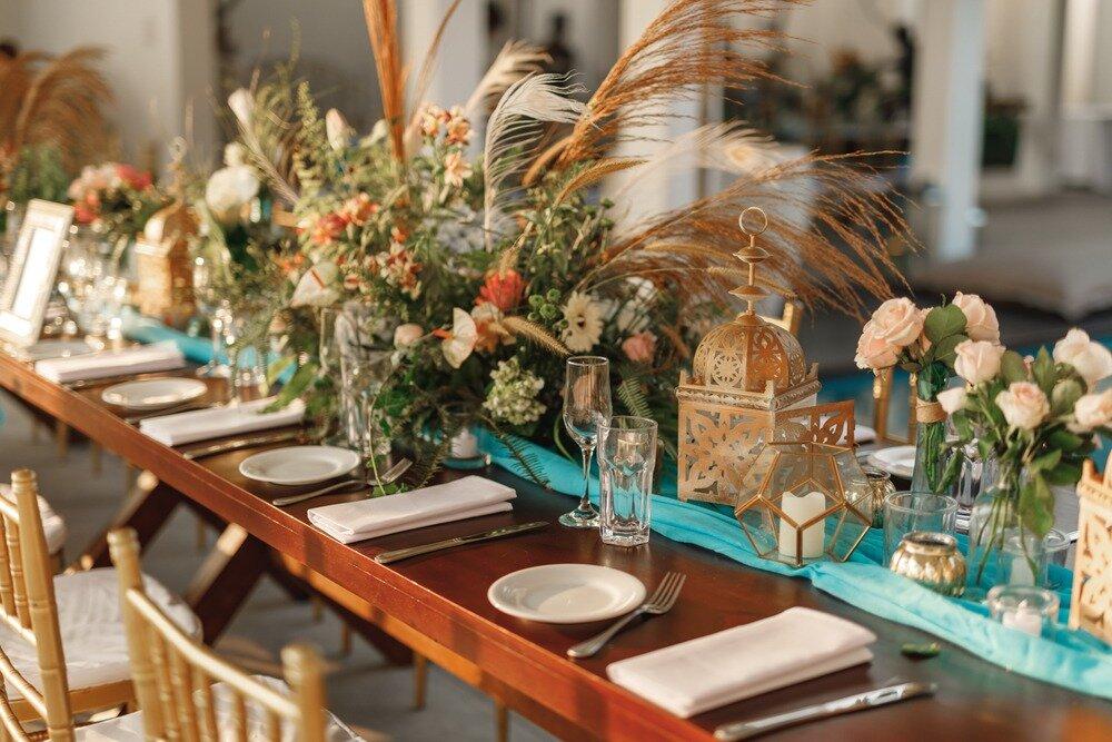 パンパスグラスなどを添えた結婚式のテーブルコーディネート