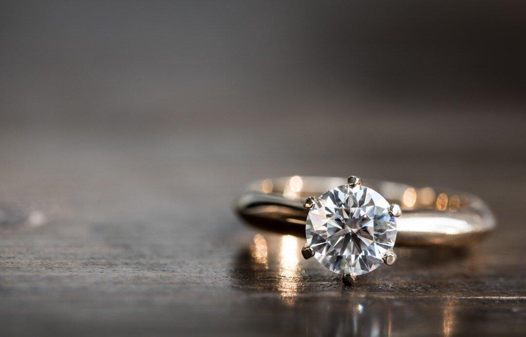 ダイヤモンドの指輪が机に置かれている様子