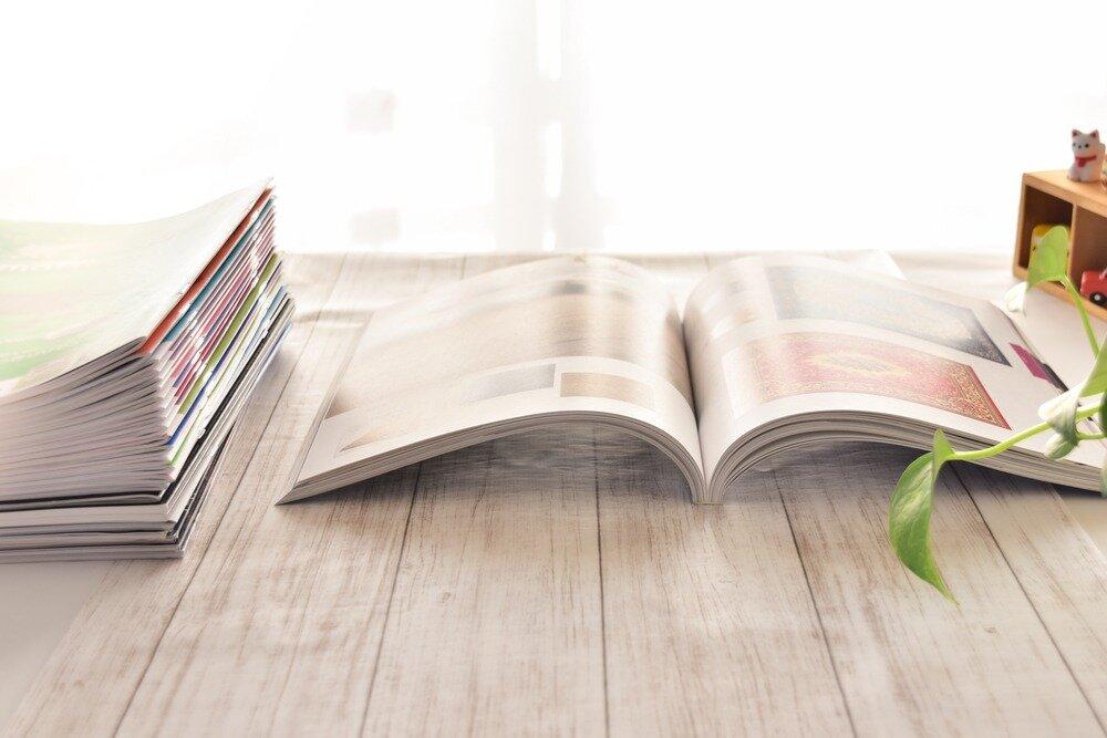机の上に置かれたカタログ