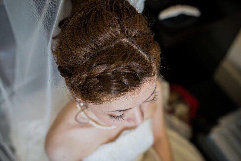 前髪を編み込みしている花嫁