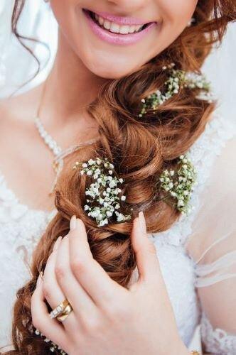 編み込みのヘアアレンジをした花嫁