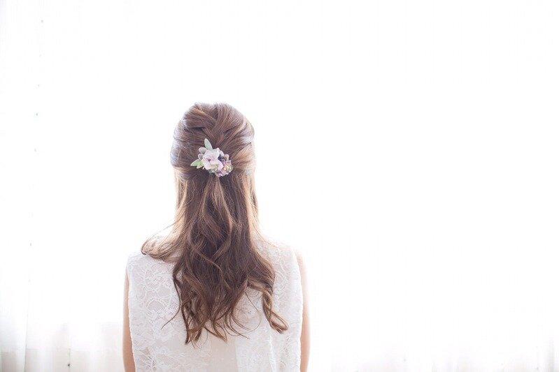 ハーフアップのヘアスタイルをしている女性