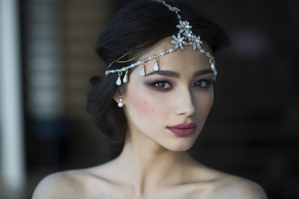 頭周りにアクセサリーを巻く花嫁