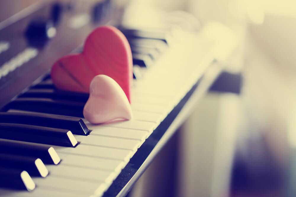 鍵盤に並んだハートのオブジェ