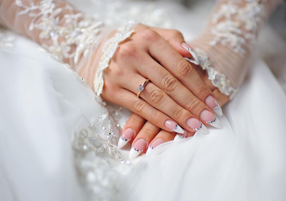 ピンクと白のフレンチネイルデザイン