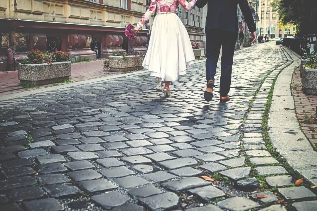 ふたりで歩くカップル