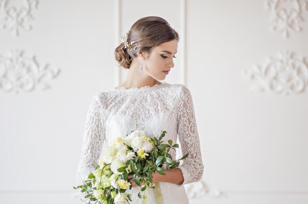 ブーケを持ち俯く花嫁