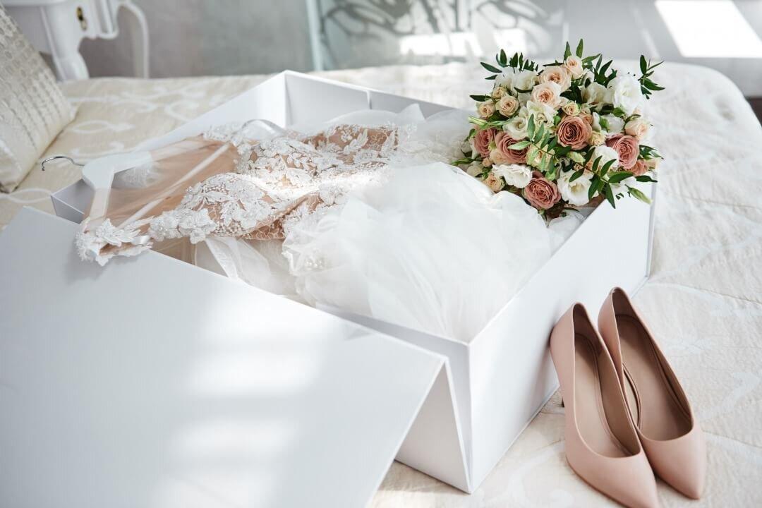 ウエディングドレスとブーケと靴