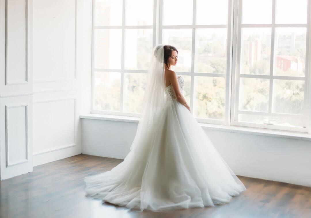 窓際に佇む花嫁