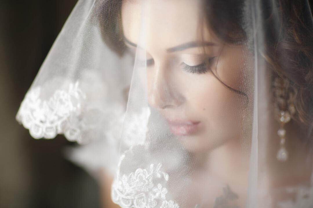 レースのベールをかぶった花嫁