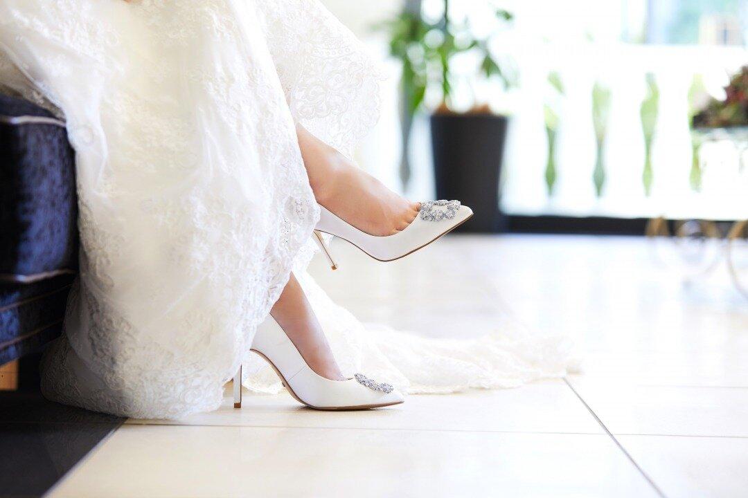 ブライダルシューズを履いている花嫁
