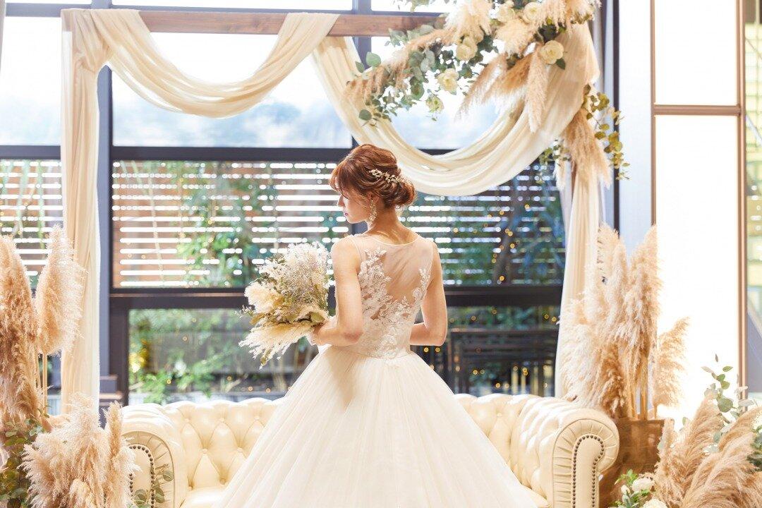 プリンセスラインのウエディングドレスを着ている花嫁