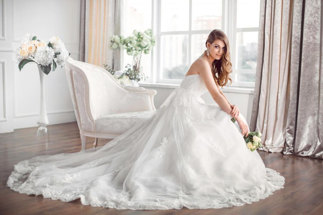 ブーケを持ち椅子に座る花嫁