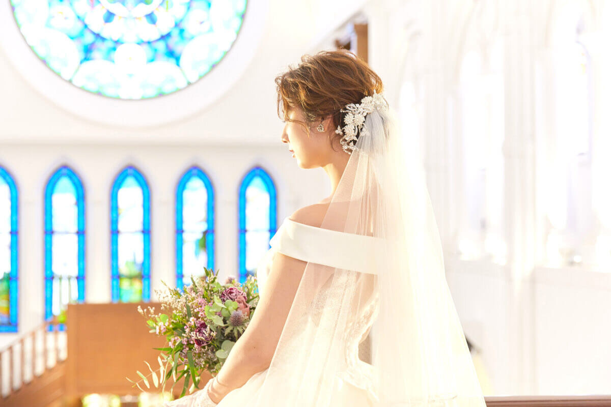 シニヨンスタイル ベールを付ける花嫁
