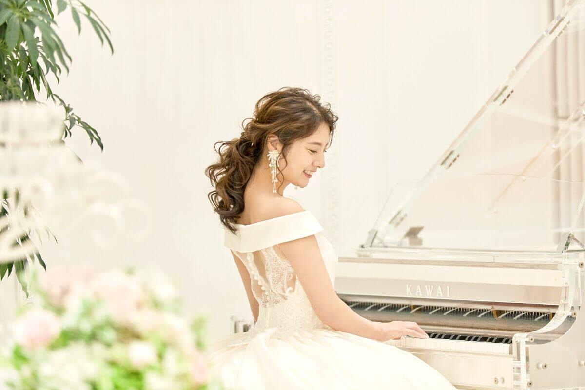 ローポニテスタイルに合うアクセサリーを付ける花嫁