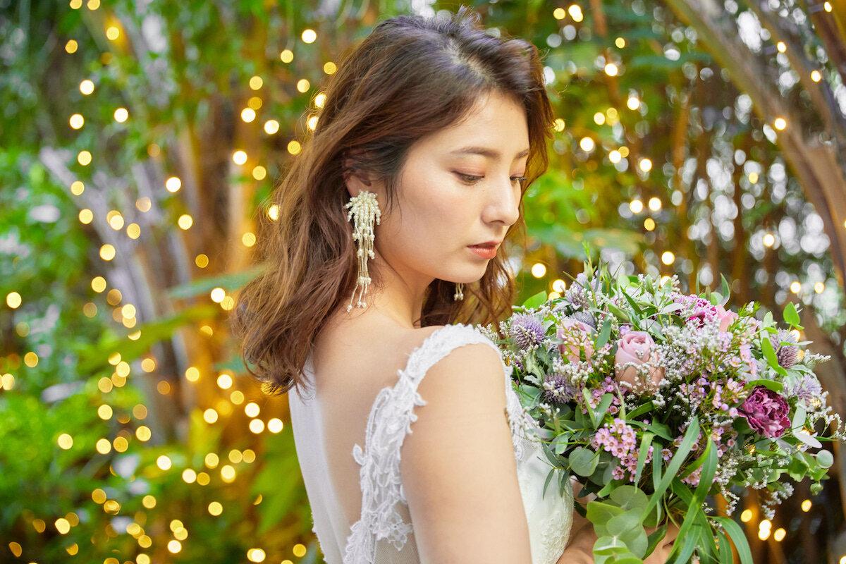 フルダウンスタイルに似合うイヤリングを付ける花嫁