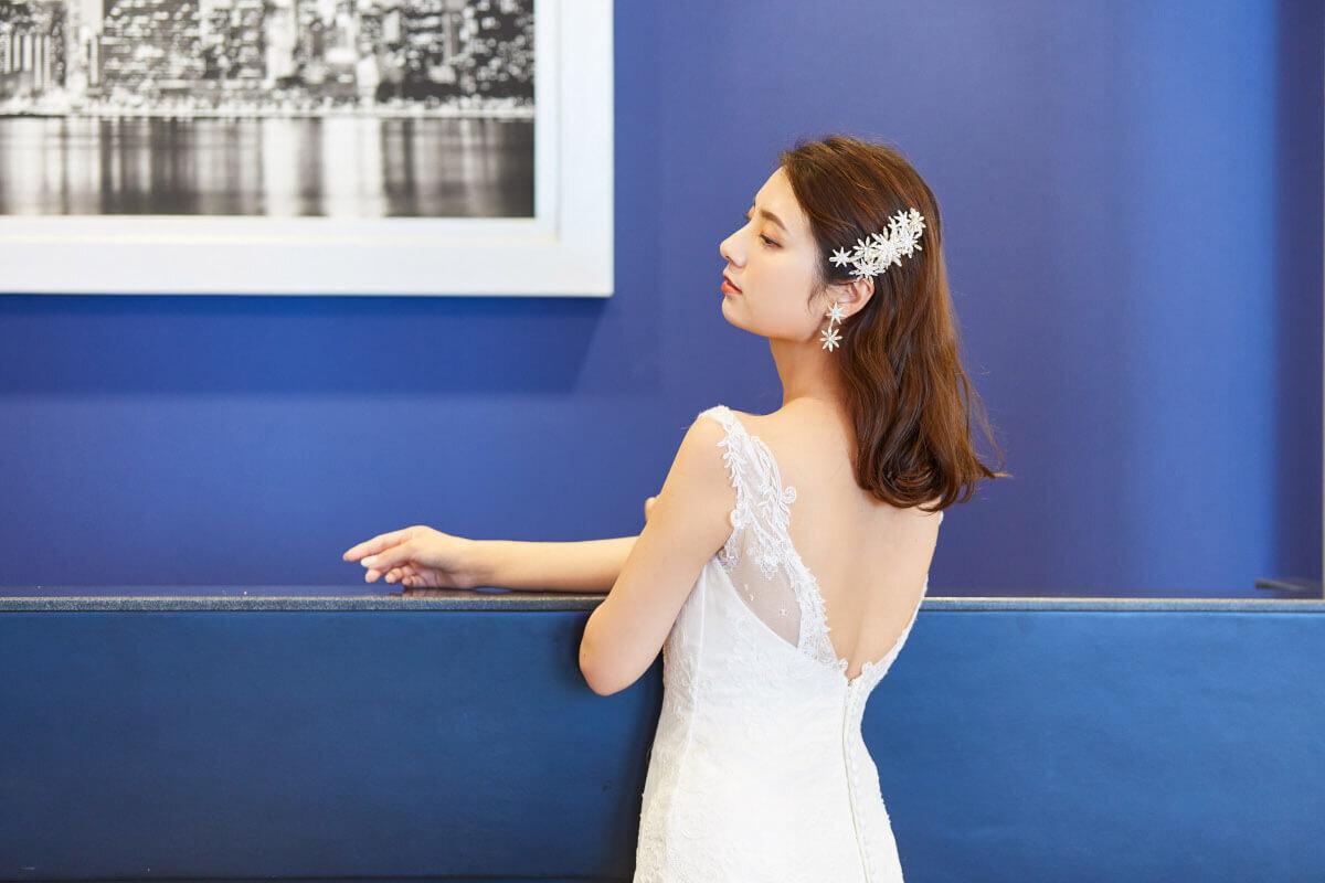 フルダウンスタイルに似合うヘッドドレスを付ける花嫁